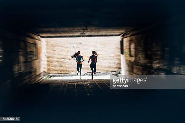 Junge Frauen Joggen im Unterführung