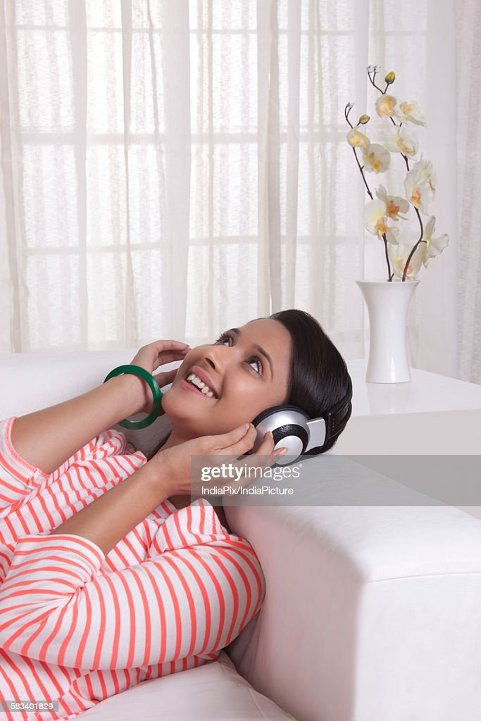 Young WOMEN listening to music : Stock Photo