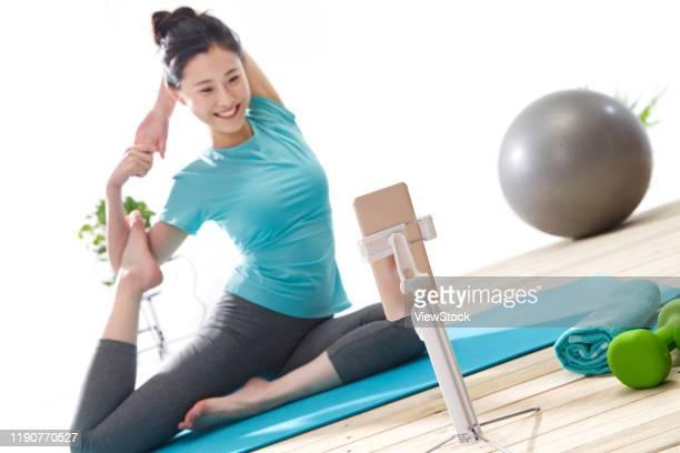 young women live online fitness - gymnastique douce photos et images de collection