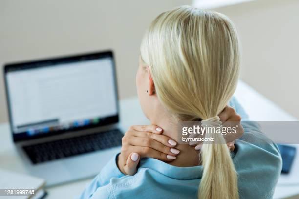 若い女性の首の痛み - 人間工学 ストックフォトと画像