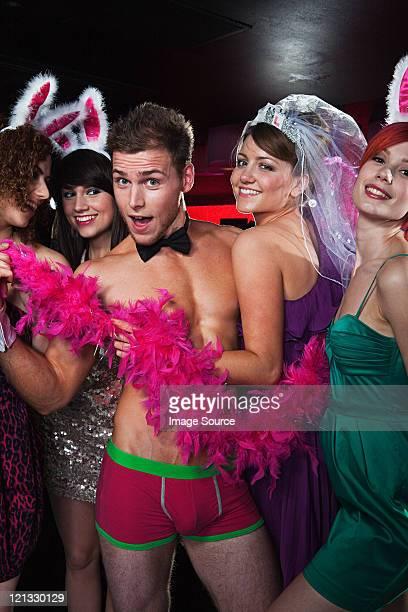 Jeunes femmes sur hen nuit avec Strip-teaseur
