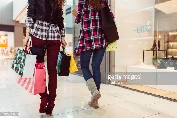 Junge Frauen zum Einkaufen