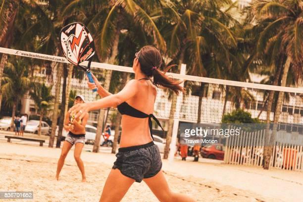 Jovens mulheres jogando tênis de praia na praia de Copacabana