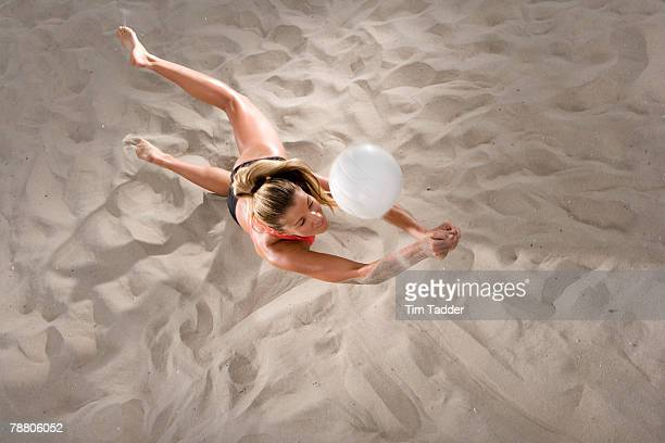 young women playing beach volleyball - beach volley photos et images de collection