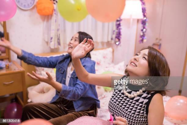 ハロウィーン パーティーでのバルーンで遊ぶ若い女性