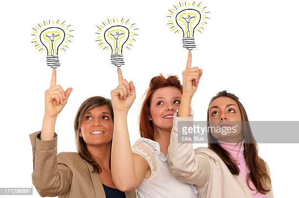 Jeune femme pointant ampoules