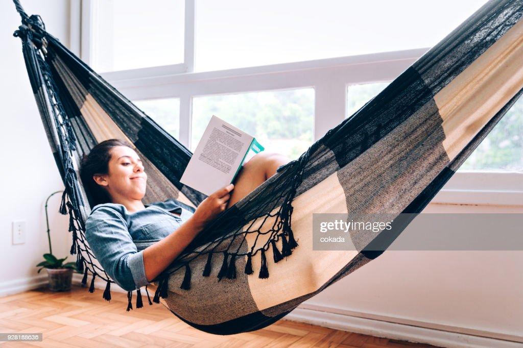 Mulheres jovens, lendo um livro na rede : Foto de stock