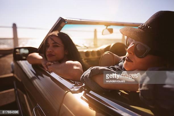 Junge Frau Entspannung in ein Cabrio auf einem Straße Reise