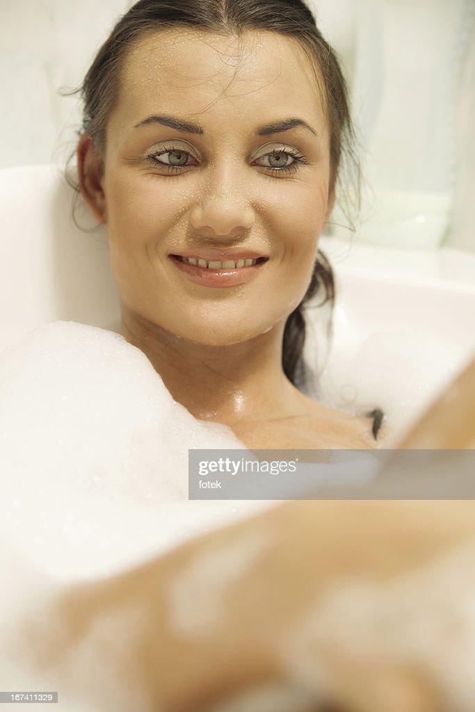 Young women relaxing in her bath : Bildbanksbilder