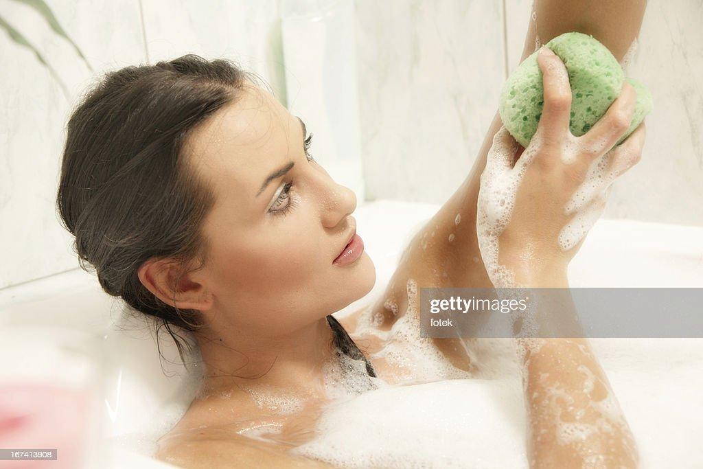 若い女性は彼女のバスルームでリラックス。 : ストックフォト