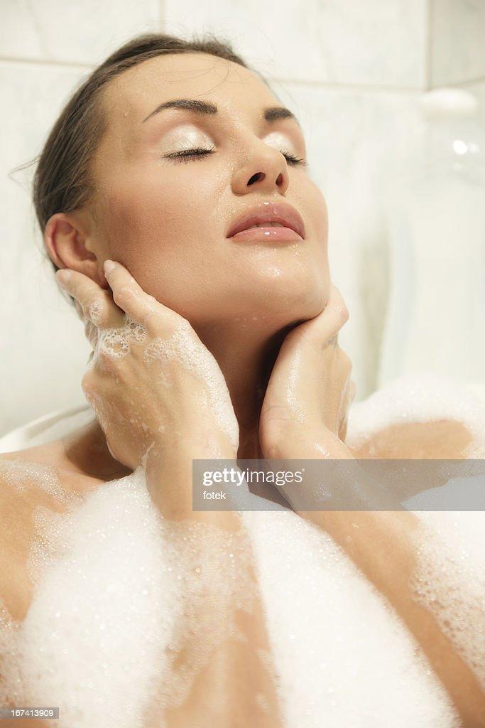 Jeune femme de se détendre dans la salle de bains : Photo