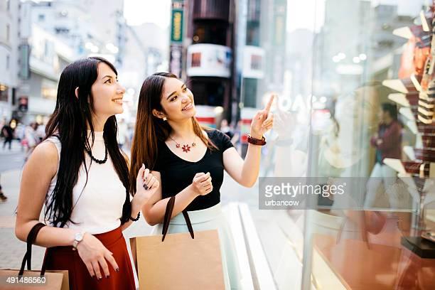 若い女性ショップと、笑顔と笑う、ショッピング街、東京で