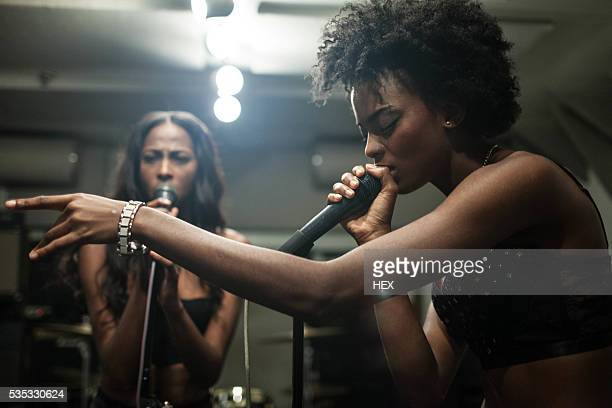 young women singing in a recording studio - chanteur photos et images de collection