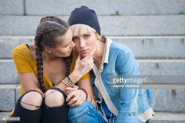Jeunes femmes assis dans les escaliers