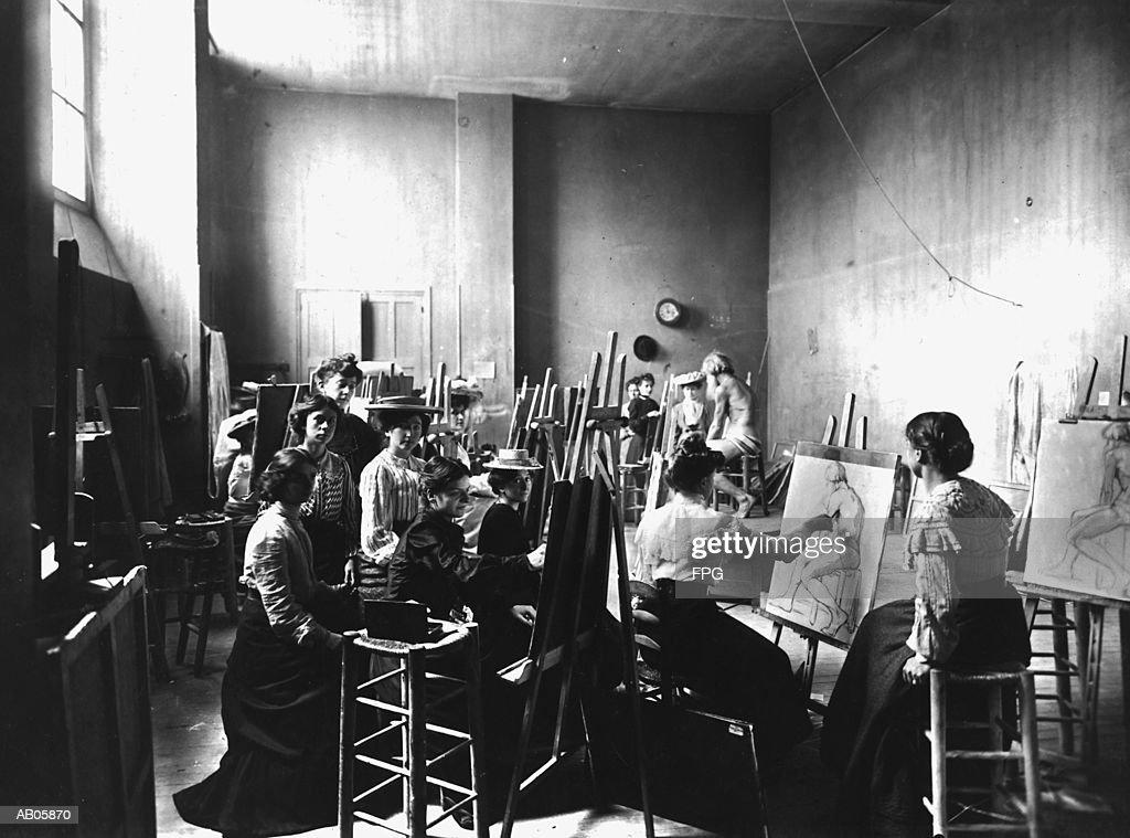 Young women sketching naked man in art class (B&W) : Stock Photo