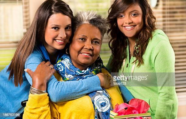 jovens mulheres sorriem e posam com mulher idosa - help palavra única - fotografias e filmes do acervo