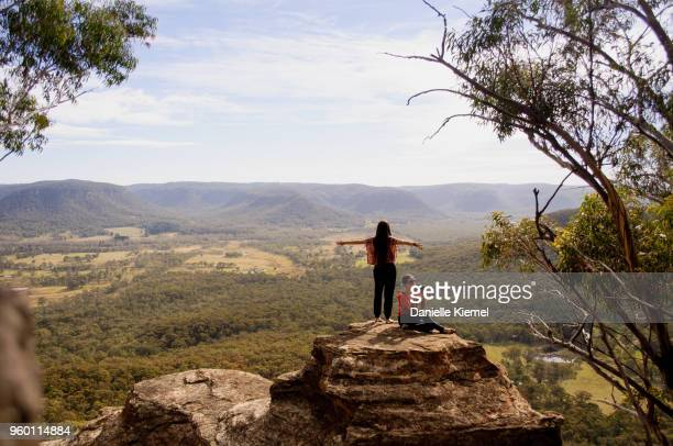 young women standing on cliff in blue mountains - katoomba stock pictures, royalty-free photos & images