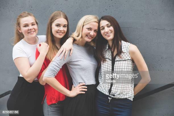 Junge Frauen stehen auf Treppen durch Betonwand
