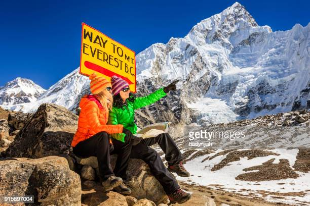 若い女性の勉強それぞれのマップを、ネパールヒマラヤ