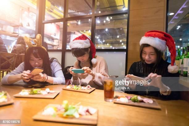 食べる前に pcitures を取る若い女性