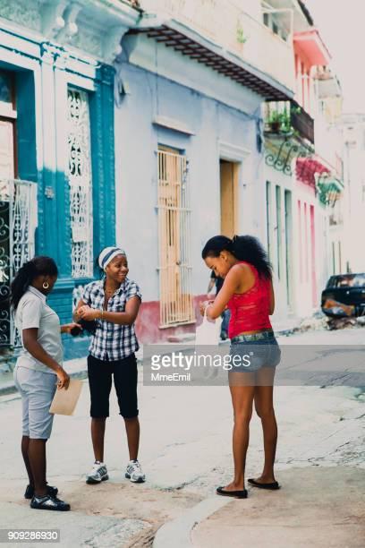 mujeres jóvenes en la habana, cuba - habana vieja fotografías e imágenes de stock