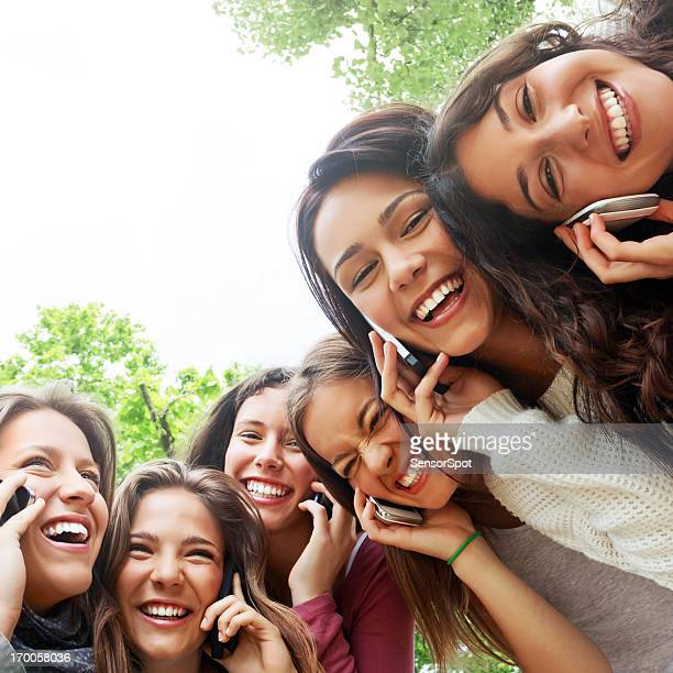 Jeune femme parlant sur le téléphone
