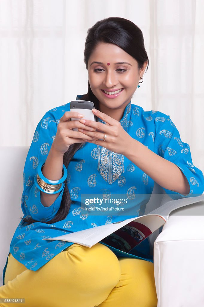 Young WOMEN using her cell phone : Stock Photo