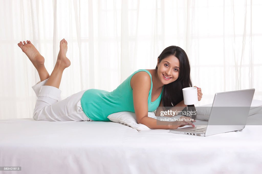 Young WOMEN using laptop while having coffee : Stock Photo