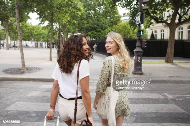 2 young women visiting paris - woman carrying tote bag stock photos and pictures