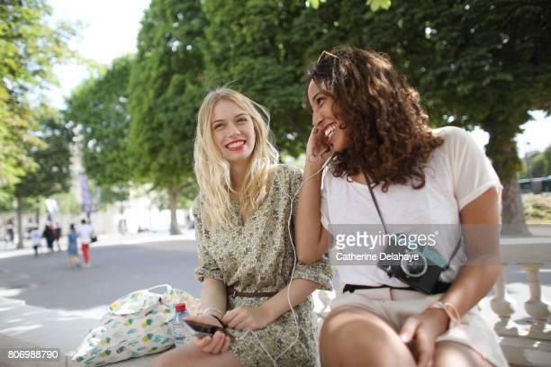2 young women visiting paris - nur junge frauen stock-fotos und bilder