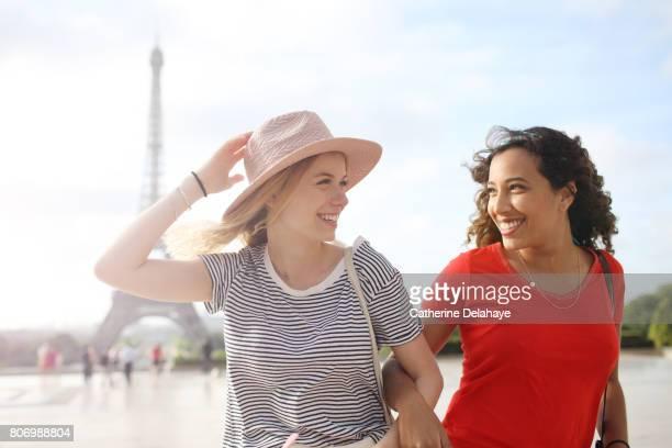 2 young women visiting Paris