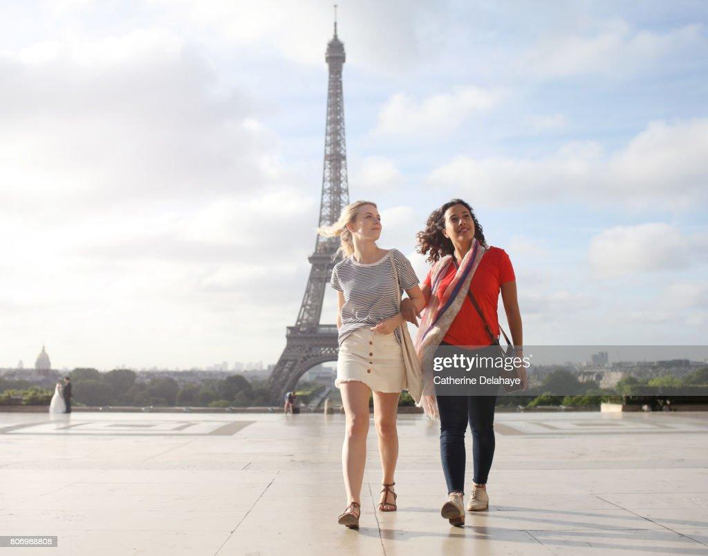 2 young women visiting Paris : Foto de stock