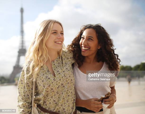 2 young women visiting paris - female friendship stock pictures, royalty-free photos & images