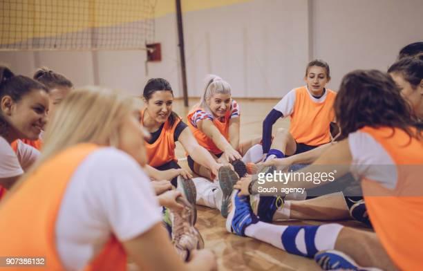 junge frauen-volleyball-spieler - aufwärmen stock-fotos und bilder