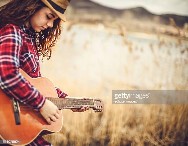 giovane donna con chitarra - chitarra classica foto e immagini stock