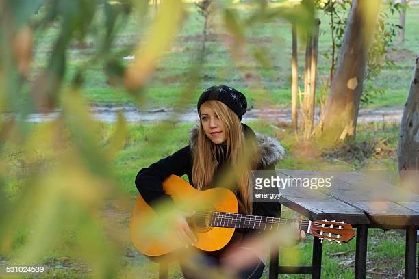 Mujeres jóvenes con guitarra