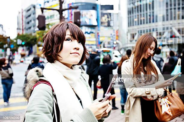 若い女性の携帯電話