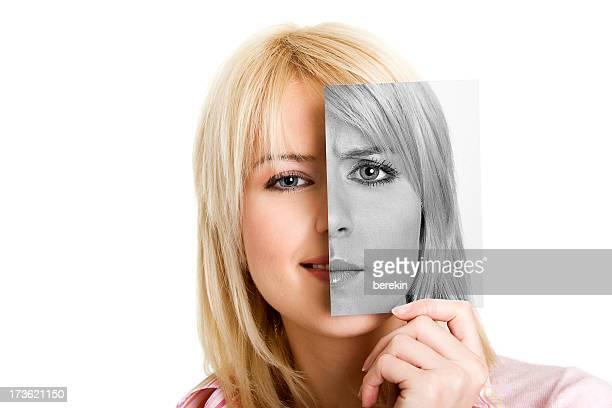 giovane donna con una foto della sua altro lato - donna brutta foto e immagini stock