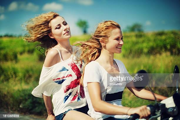 Jeunes femmes avec Retrostyle Pilote de moto