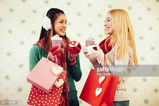 若い女性のショッピングバッグ
