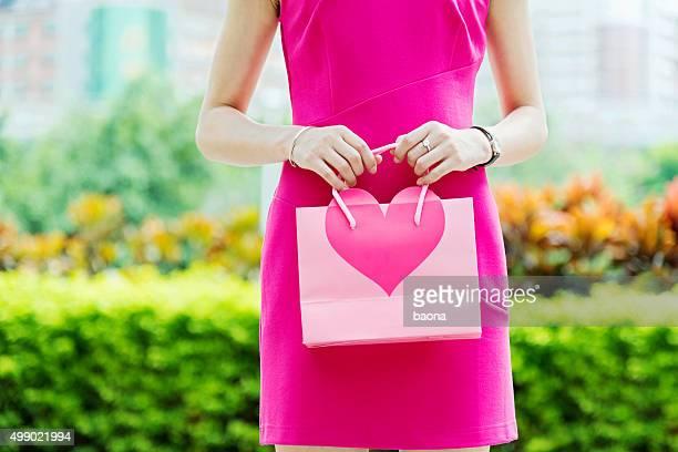 Junge Frauen mit Valentinstag Geschenke