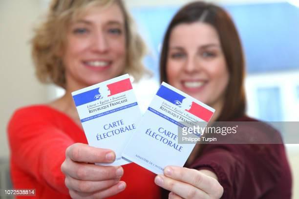 young women with voting cards - élection photos et images de collection