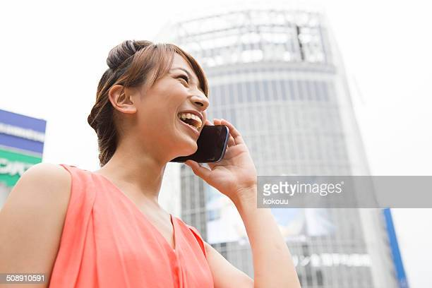 電話のスマートフォンに若い womon 、渋谷スクランブル交差点