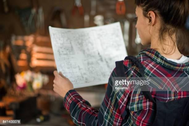 young woman looking at design-schema arbeiten - unterschicht stereotypen stock-fotos und bilder