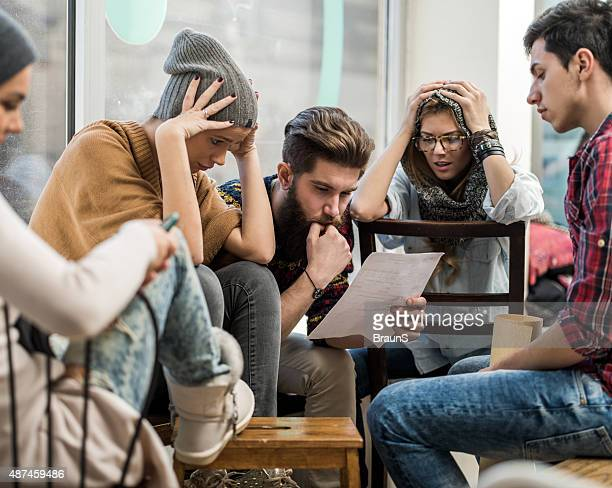 Jeune inquiet de démarrage équipe des problèmes avec leurs rapports.