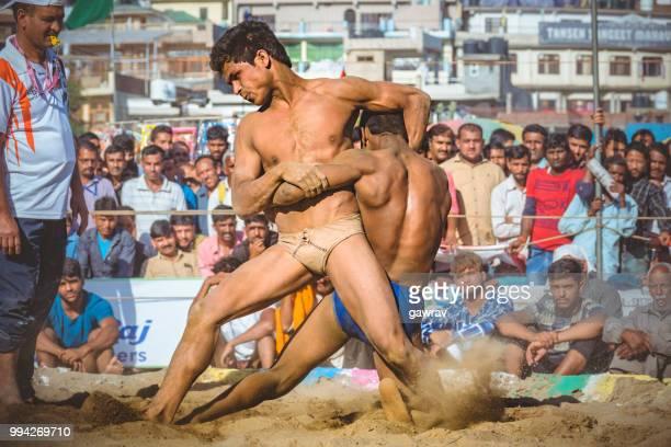 jeunes lutteurs combattez kushti au shoolini fair à solan, himachal pradesh. - lutte dans la boue photos et images de collection
