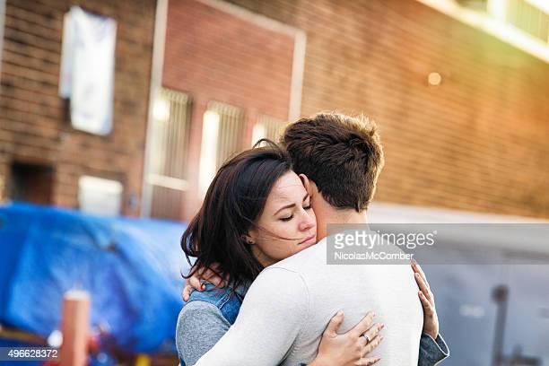 Youngle Paar in Liebe umarmen alley städtischen Sonnenuntergang