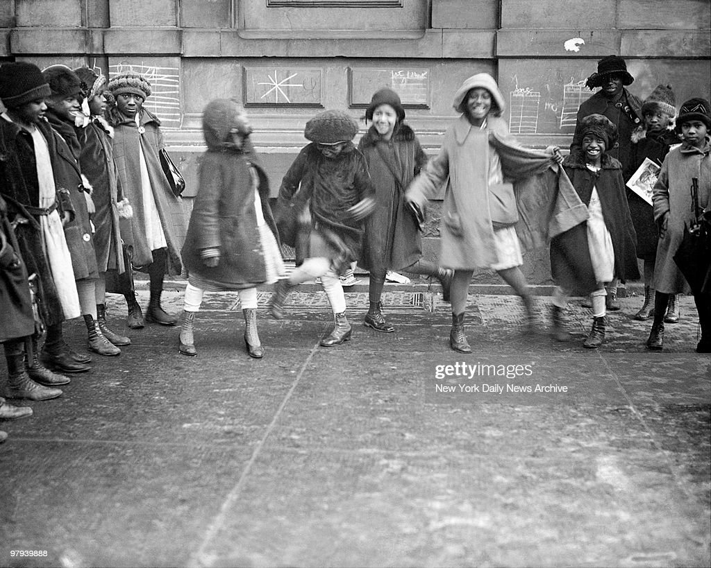 Youngsters play in Harlem street in the 1920's. : Nachrichtenfoto
