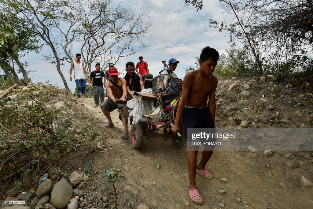 TOPSHOT-COLOMBIA-VENEZUELA-CRISIS-BORDER : News Photo