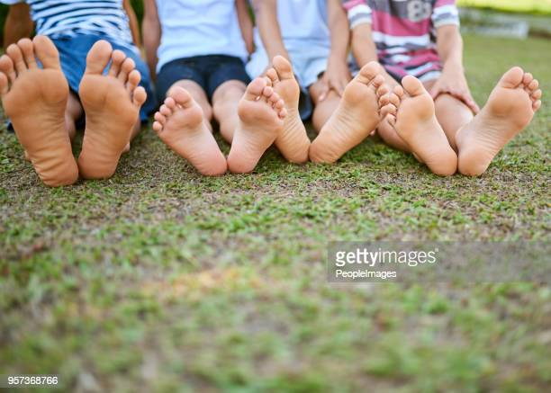 your feet will take you to where the fun is - bambini maschi foto e immagini stock